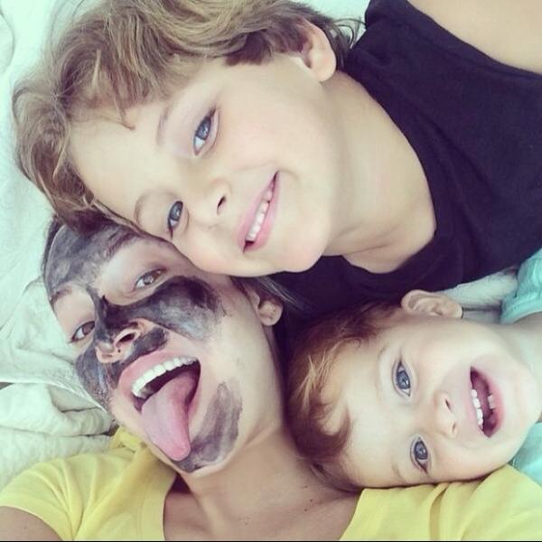 Dia de farra! Claudia Leitte posta foto toda suja com os filhos