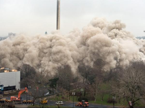 Maior implosão da Europa põe abaixo prédio de 116 m na Alemanha