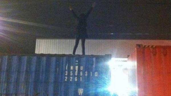 Mulher sobe em trem de carga, toma choque de 25 mil volts e sobrevive, na Inglaterra