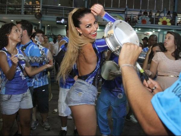Sabrina Sato mostra look para cair no samba