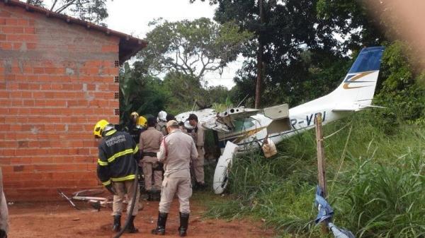 Avião de pequeno porte cai, mata menina de oito anos e deixa três pessoas feridas