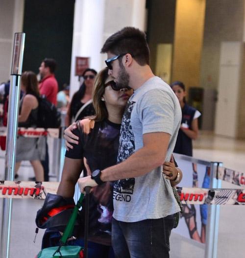 Cantora Preta Gil troca carinhos com o noivo em aeroporto do Rio de Janeiro