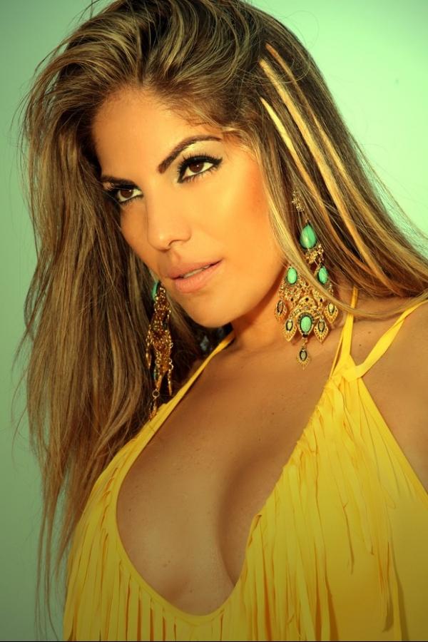 De biquíni, Anamara posa sensual para campanha