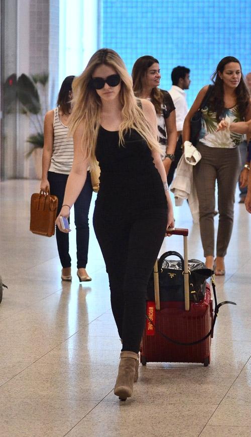 Loira, atriz Isabelle Drummond exibe os cabelos compridos em aeroporto