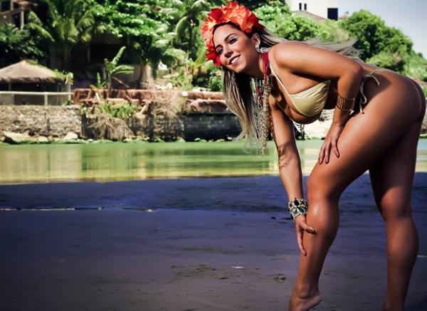 Mulher Melão posa sexy na praia e revela que já ficou oito meses sem transar: