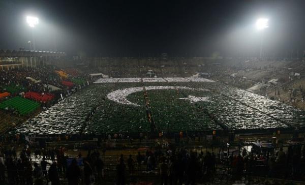 Por recorde, mais de 29 mil jovens formam bandeira no Paquistão