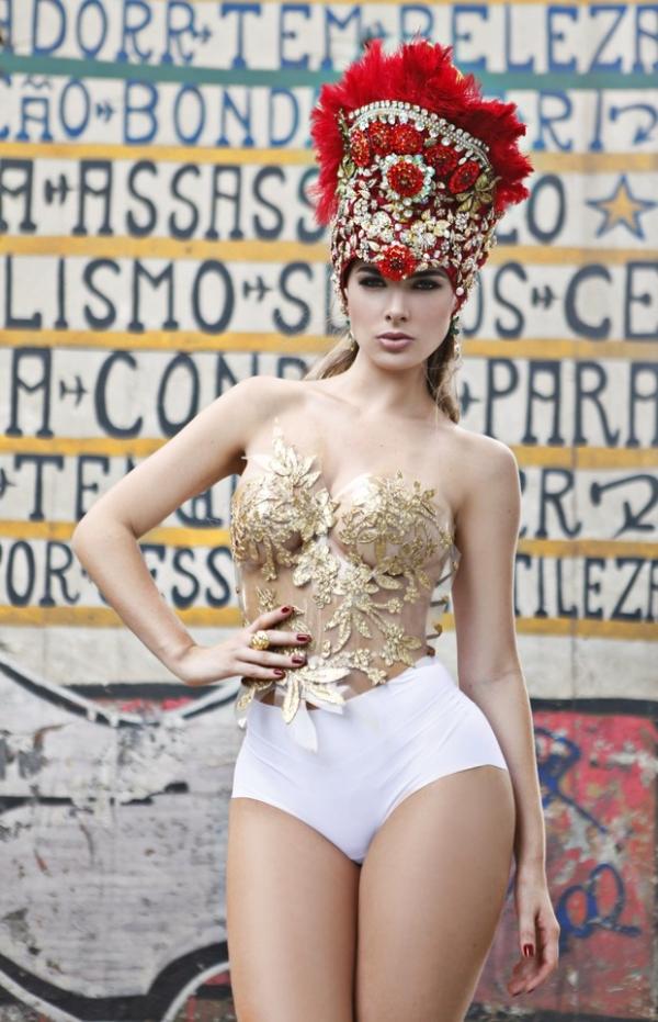 Rayanne Morais se prepara para exibir a cinturinha de 55cm na Sapucaí