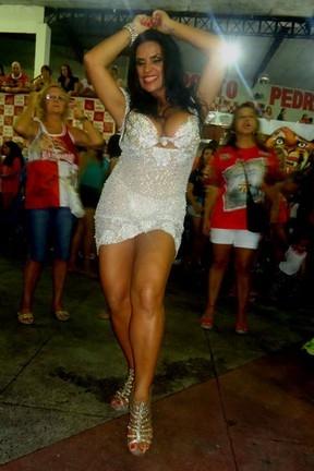Solange Gomes usa vestido transparente em ensaio