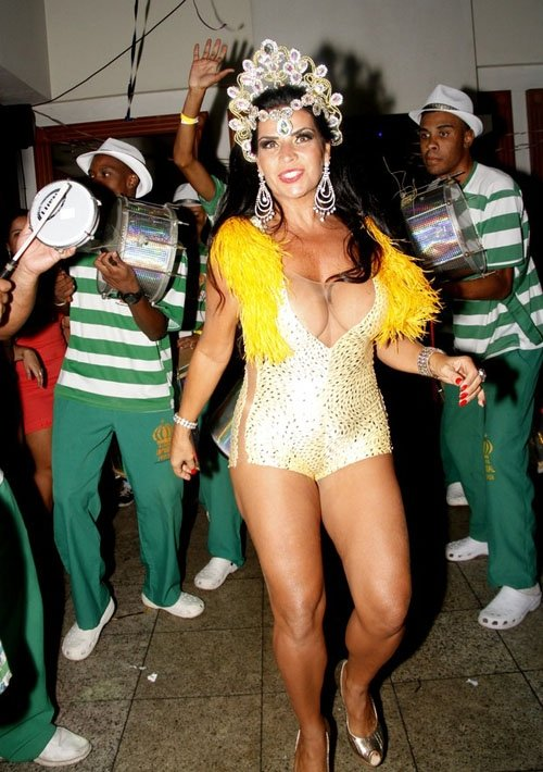 Com decotão e sem calcinha, Solange Gomes samba em restaurante no Rio