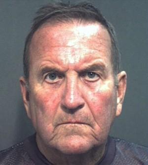 Americano de 72 anos é preso ao se bronzear nu em condomínio
