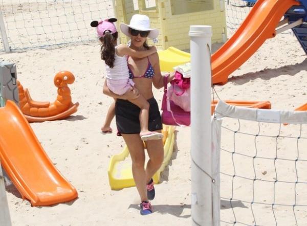 Ingrid Guimarães mostra boa forma de biquíni em dia de praia no Rio