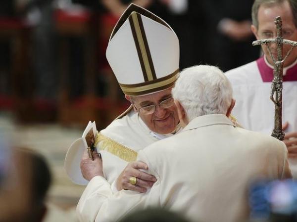Papa Francisco e Bento XVI se encontram em nomeação de cardeais