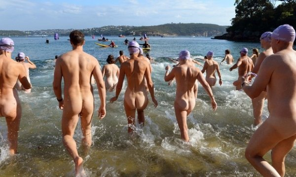 Banhistas nus tentam quebrar recorde na Austrália