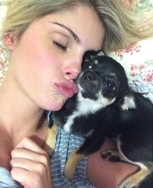 B疵bara Evans posa ainda na cama e beijando cachorrinho: