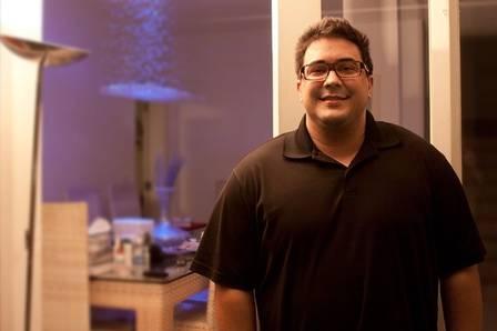 Bem mais magro, André Marques troca hambúrguer por melancia nos EUA, após cirurgia bariátrica