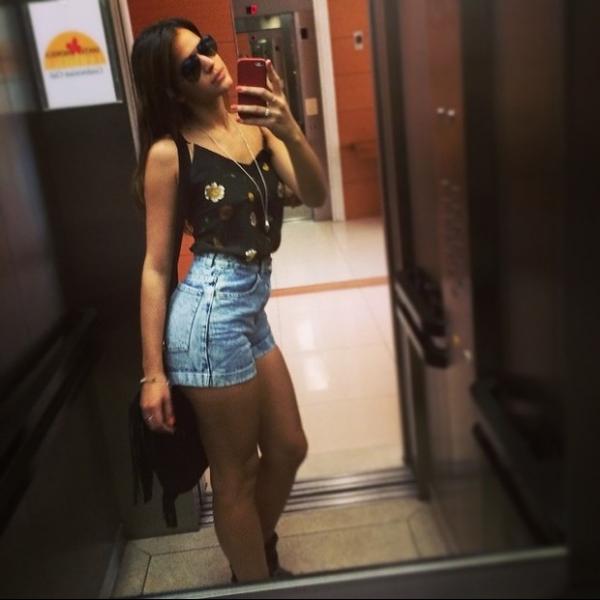 Bruna Marquezine usa shortinho jeans e faz charme para mostrar look