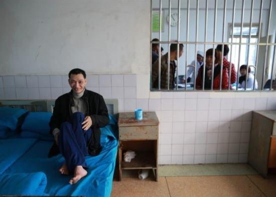 Fam匀ia prendeu homem com problemas mentais durante 8 anos em uma gaiola enferrujada