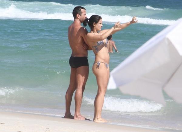 Malvino Salvador curte praia carioca com namorada grávida
