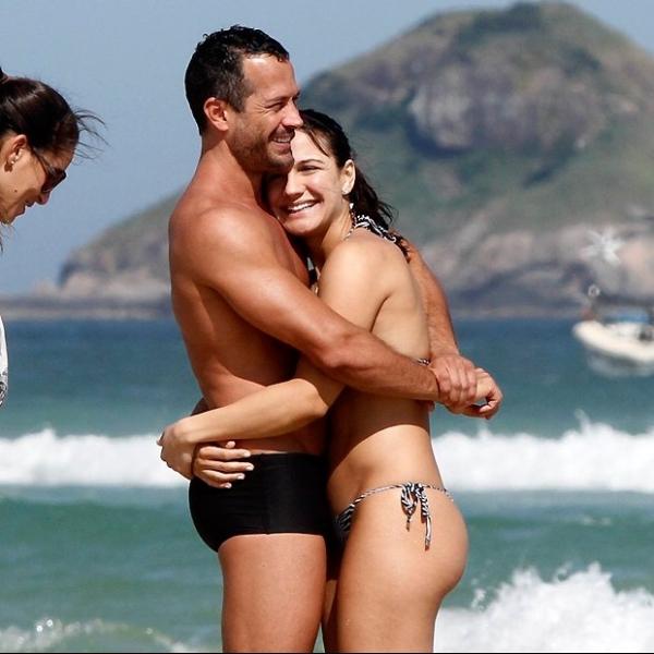 Malvino Salvador curte praia carioca com nAamorada grávida
