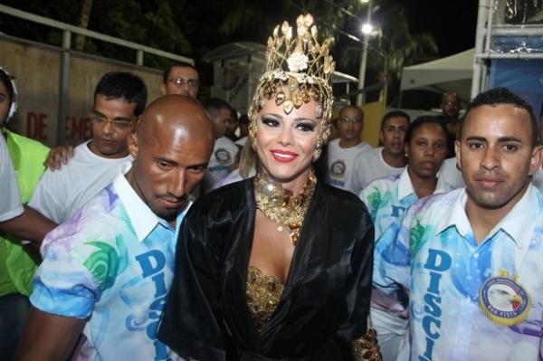 Viviane Ara仼o mostra boa forma ao desfilar por escola de samba capixaba