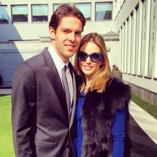Carol Celico posa com look luxuoso ao lado de Kak em desfile de moda