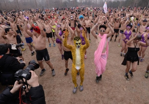 Chineses usam fantasias e ficam só de roupa de baixo em corrida anual