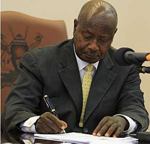 Presidente de Uganda sanciona uma lei antigay que pune os homossexuais