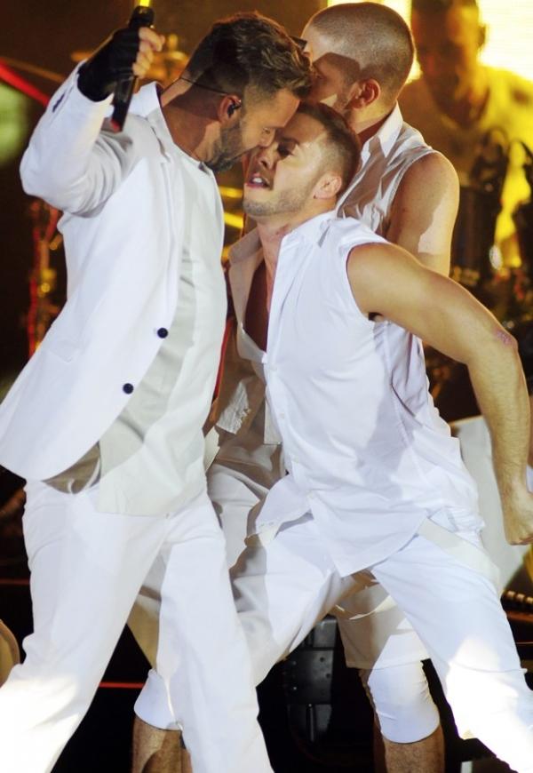 Ricky Martin sensualiza com dançarino no palco durante show