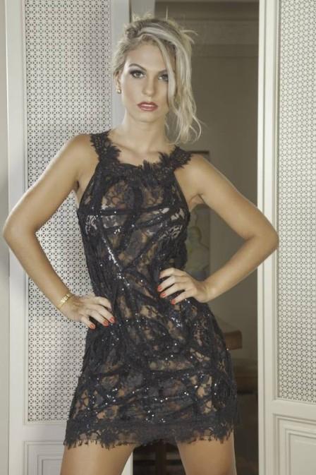 Sia de Fl疱ia Alessandra esbanja sensualidade com transpar麩cia e renda