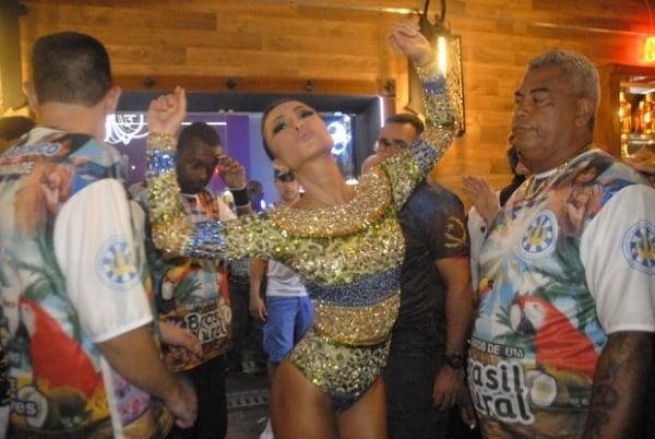Sabrina Sato brilha na passarela do samba