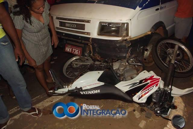 Acidente envolvendo Van escolar e moto deixa uma pessoa ferida em Oeiras