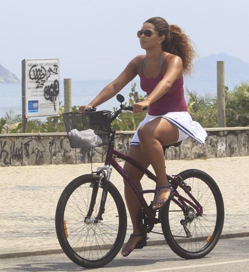 De sainha, atriz Juliana Alves passeia de bicicleta com o seu namorado