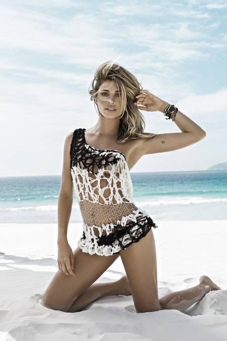 Grazi Massafera exibe barriga sequinha de biquíni minúsculo em praia