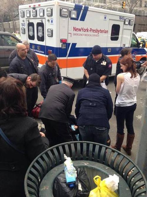 À espera de táxi em NY, grávida dá à luz na calçada e recebe ajuda de pedestres