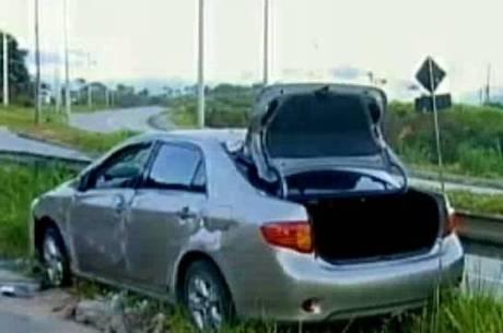 Após tentar explodir caixa eletrônico em Santa Luzia, bandidos capotam carro com dinamite em BH