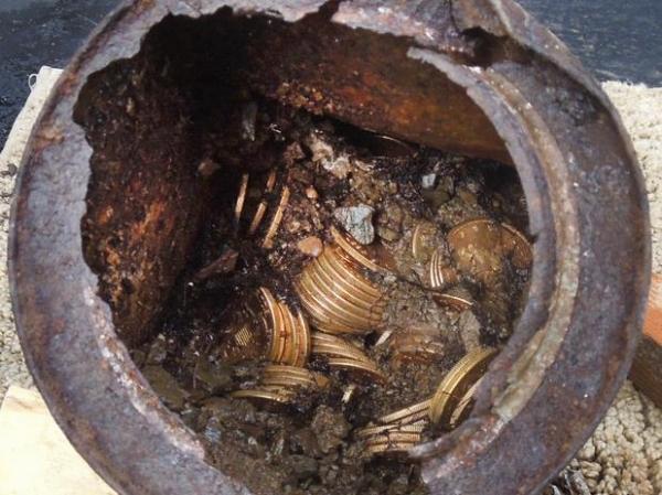 Casal encontra US$10 mi em moedas raras enterradas no quintal