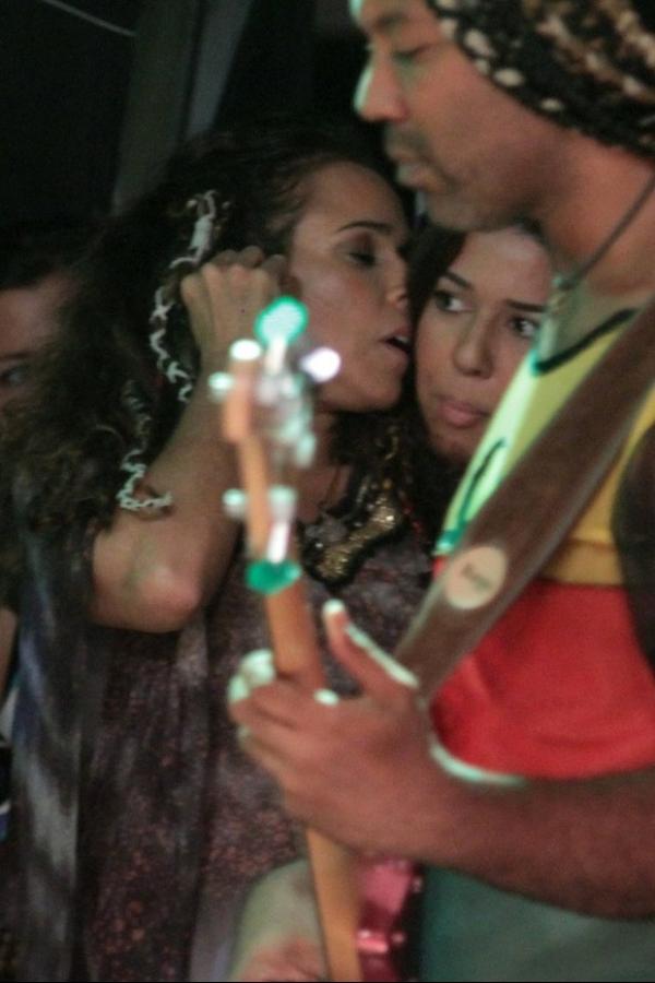 Daniela Mercury e Malu Verçosa trocam beijo em bastidor de show