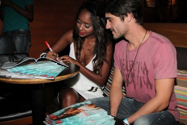 Aline Prado dá selinho em Guilherme Leicam no lançamento de sua revista