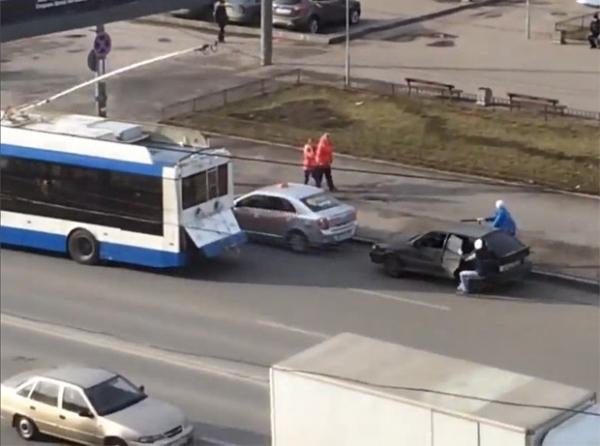 Dupla faz reboque atrapalhado com ônibus e causa acidente na Rússia