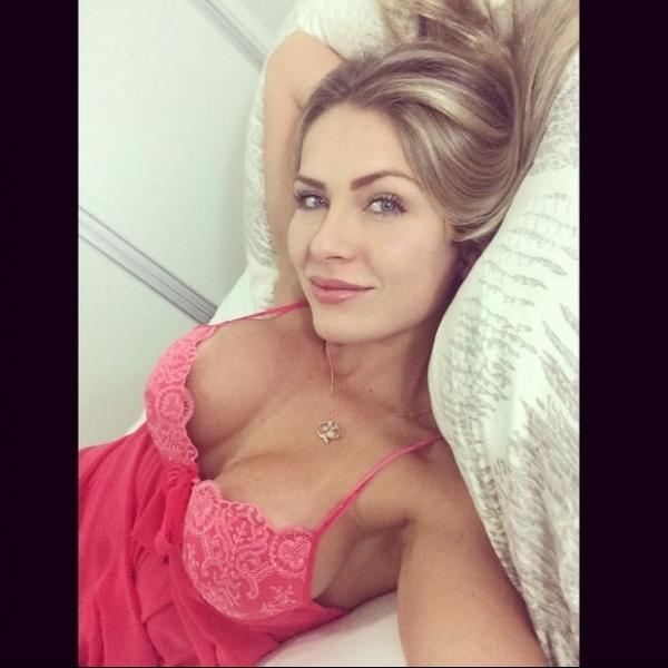 Ex-BBB Renatinha posa de lingerie e recebe elogios na internet