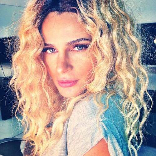 Grávida, modelo Fernanda Motta aparece loira e com cabelos frisados
