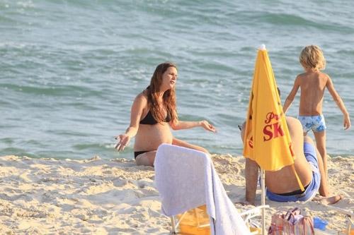 Grávida, Vanessa Lóes curte praia com Thiago Lacerda e os filhos