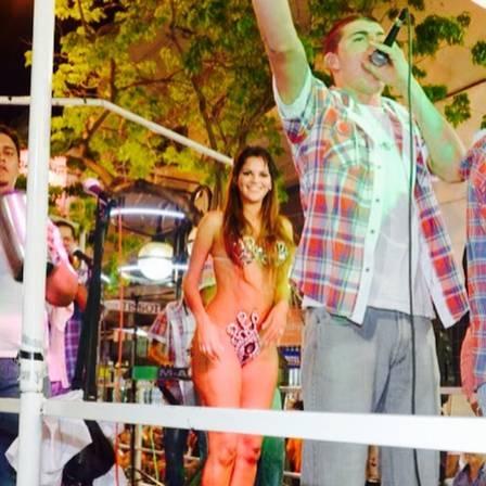 Irmã de Loco Abreu cai no samba em carnaval no Uruguai e usa pouca roupa em desfile