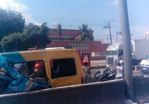 Acidente com van deixa 12 pessoas feridas no RJ; uma está em estado grave