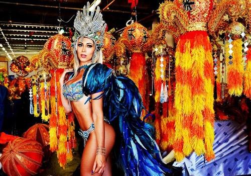 Carol Narizinho experimenta fantasia na Beija-Flor e deixa funcionários babando