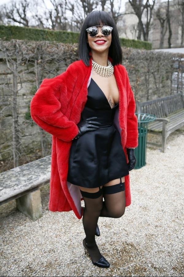 Com decote profundo e cinta-liga Rihanna exibe look exótico em Paris