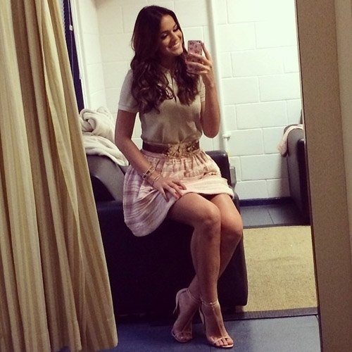 De sainha e sorridente, atriz Bruna Marquezine grava programa