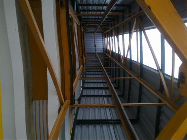 Elevador despenca de 15 metros de altura e os 3 ocupantes ficam feridos
