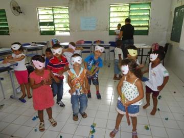 Alunos assistem aulas em ritmo de carnaval