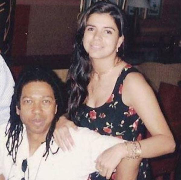 Mara Maravilha abre o ba e mostra foto com Djavan